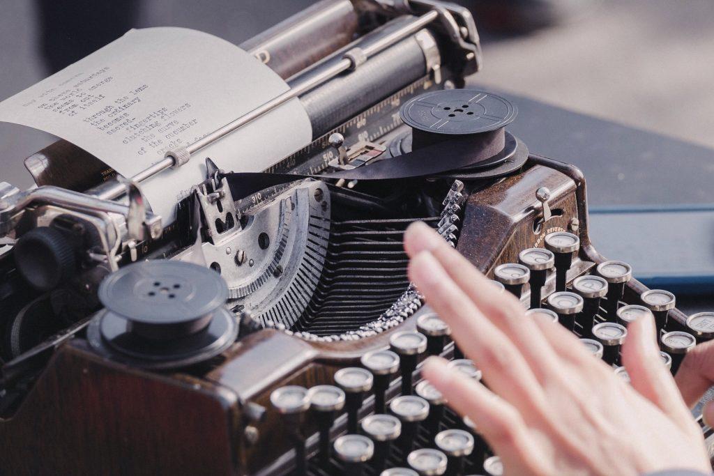 Klassieke typmachine om teksten te herschrijven